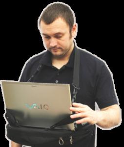 Man using a laptop with his Trabasack walking laptop tray